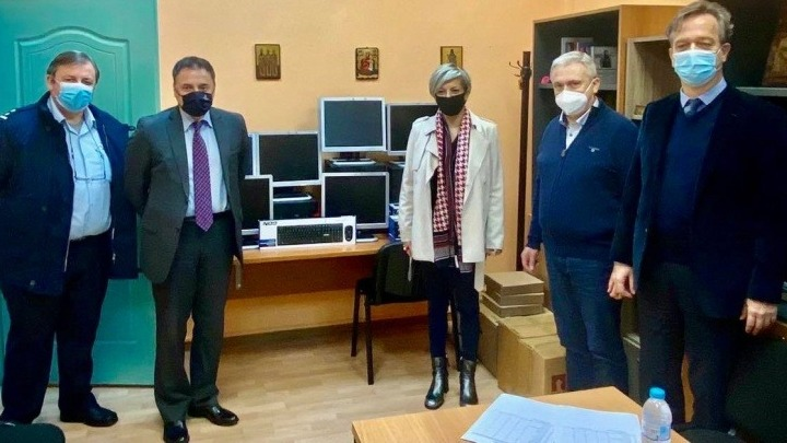 bank-of-greece-donates-computers,-books-to-young-prisoners-in-avlonas